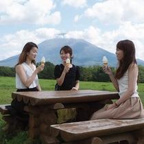 *草原イメージ/北海道にきたら、やっぱりソフトクリーム!大自然の中で食べるソフトクリームは格別です!