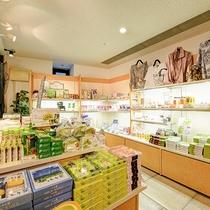 *【売店 お土産一例】エリアを代表する銘菓やお酒、癒しグッズなどを販売。楽しい旅の思い出をお土産に。