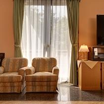*【ラウンジ】ご歓談や待ち合わせなど、ご自由にご利用いただけるスペース。お好きな椅子でどうぞ。