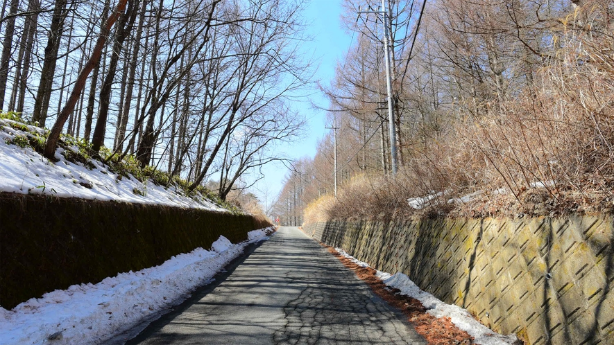 *【当館周辺 道順2】小海線の踏切を超え、ひたすらそのまま道沿いに登ってください。