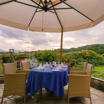 *【オープンテラスディナー(GW夏季限定予約制)】食事をいっそう美味しくしてくれる特別席です。