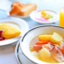 *【ご朝食一例<洋食>】ダイニングにて、新鮮サラダのバイキング、卵料理やパン、ジュースなどご用意。