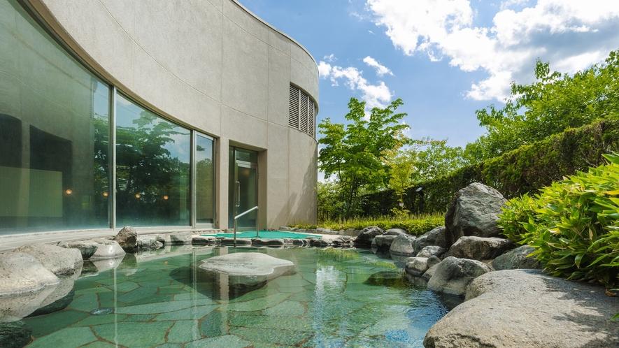 *【露天風呂】四季折々の表情を見せる南アルプス・八ケ岳、夜には満点の星空を眺める露天風呂。