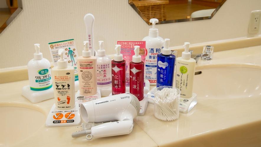 *【大浴場】身軽に楽しんでいただけるよう、化粧水類などアメニティも豊富にご用意しております。
