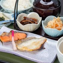 *【ご朝食一例<和食>】ダイニングにて、新鮮サラダのバイキング、梨北米のご飯、数種類のおかずなど。