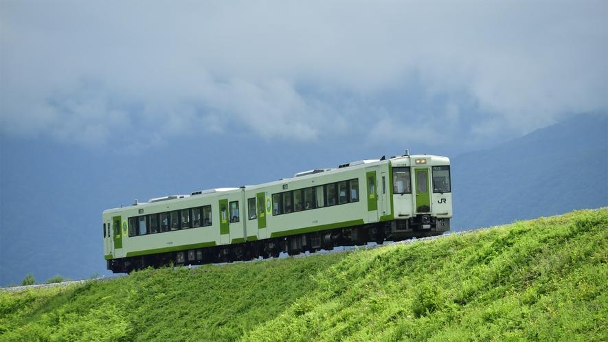 *【周辺観光】JR小海線は、山間をはしるローカル列車としても人気です。