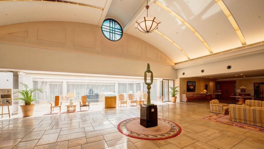 *【ロビー】館内イベントもご案内しております。美術館はロビーに隣接、気軽に芸術をお楽しみください。