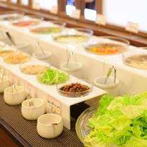 *【お食事一例<新鮮野菜のバイキング>】八ヶ岳高原野菜を含むサラダのバイキングをご用意しております。