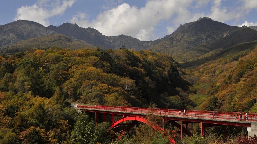 *【周辺観光】赤色が印象的な東沢大橋は、特に紅葉シーズンが人気。当館よりお車約15分。