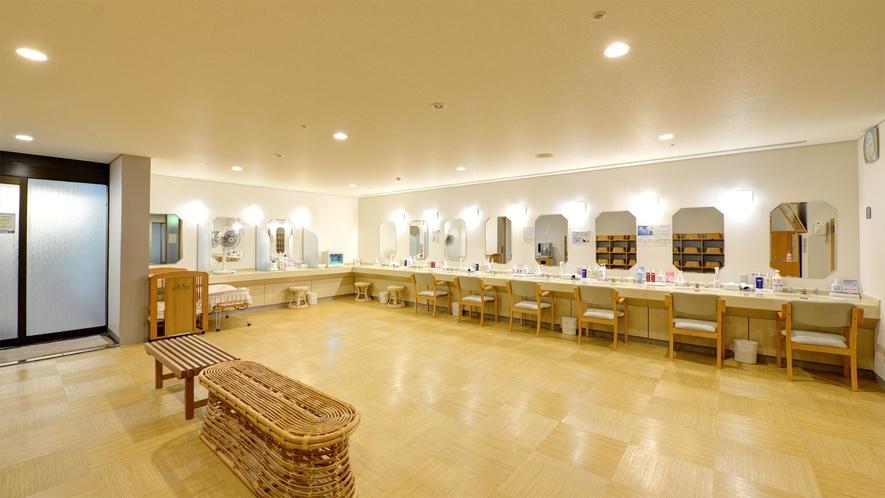 *【大浴場(女性)】身軽に楽しんでいただけるよう、化粧水類などアメニティも豊富にご用意しております。