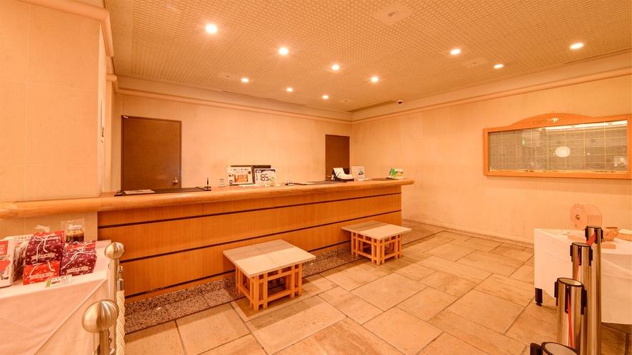 *【フロント】森に抱かれた1185mにあるホテルです。避暑地としてもご好評いただいております。