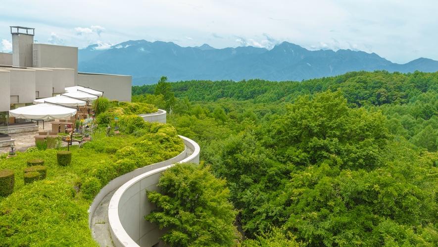 *【テラス】晴れた日は、高原の澄んだ空気を満喫しながらテラスでのんびりお過ごしくださいませ。