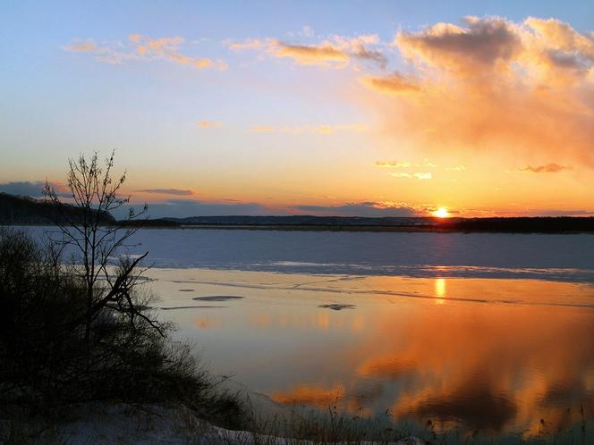 【シラルトロ湖】一面に氷が張った冬の水面に映る夕日は一見の価値ありです。