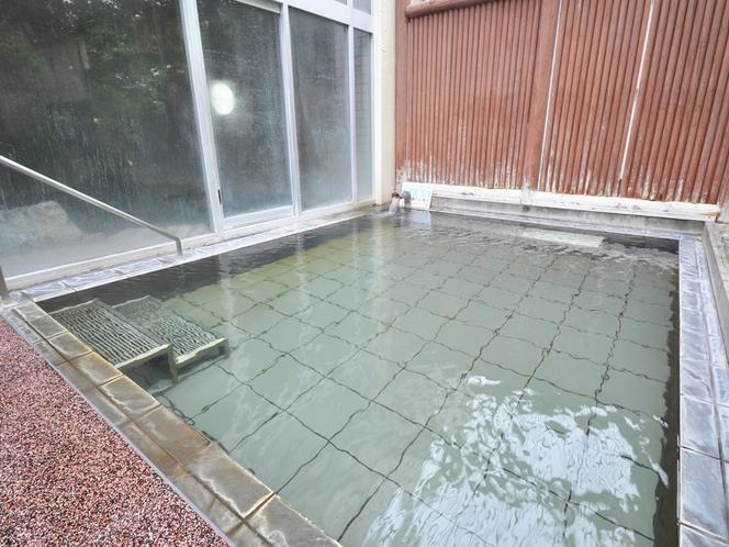 【露天風呂】手すりと階段を設置しておりますので移動も安全です。