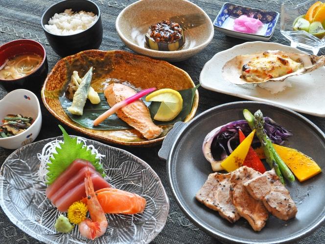 【夕食の一例】ボリューム満点の四季折々旬の食材を使った和洋食膳