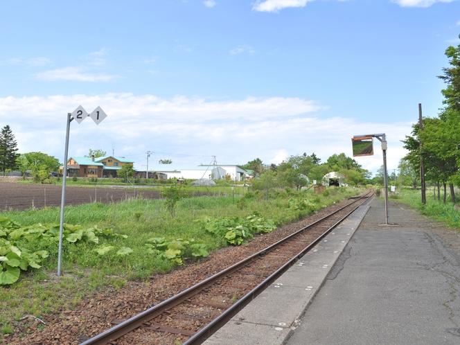 【周辺】茅沼駅:北海道らしい緑が続くのどかな駅