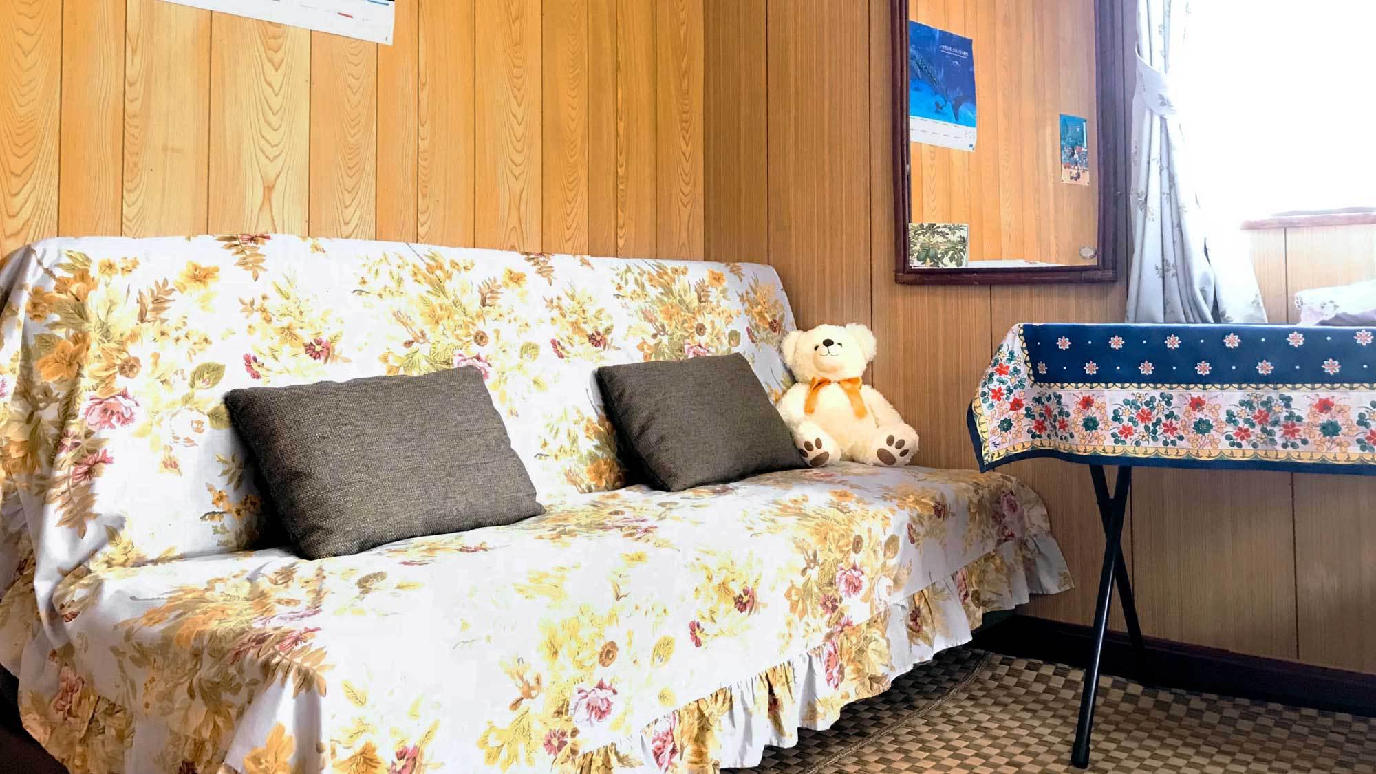 【洋室シングル+セミダブル&ソファーベッド】ソファに座ってゆったり談笑♪