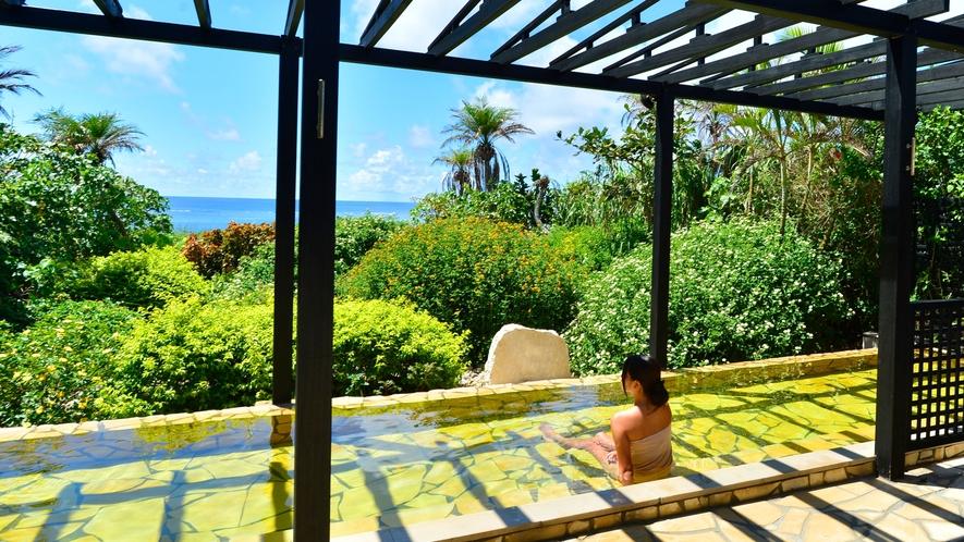 【シギラ黄金温泉(リゾート内)/展望風呂】湯温42度前後の露天風呂。短い入浴でも爽快さを感じられます