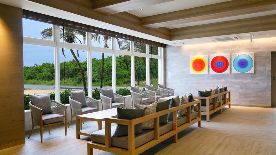 【サンセット館/ロビー】おしゃれなカフェに来たような落ち着いた空間。