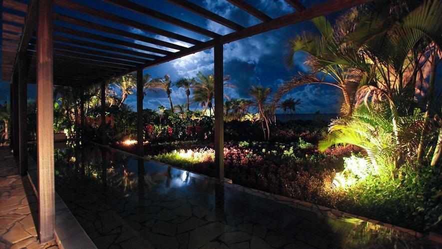 【シギラ黄金温泉(リゾート内)/展望風呂】夜は波の音に包まれながら温泉をお楽しみいただけます。