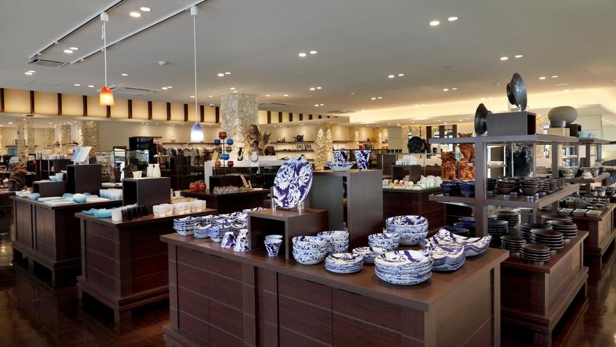 【リゾート内ショップ/クロスポイントマーケット】シーサー、やちむん、琉球ガラスなど島内随一の品揃え。