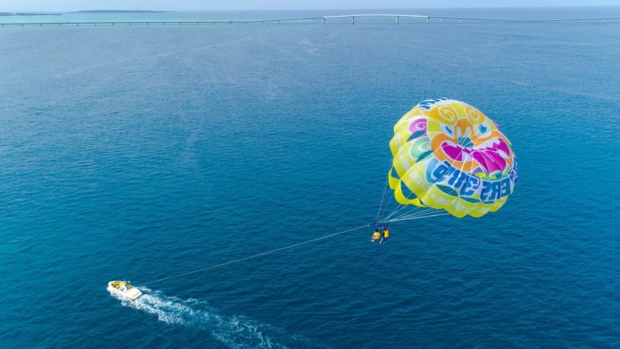 【パラセーリング】世界屈指の美しい海を空から堪能。最高の想い出を