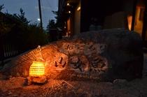 大きな岩に彫られた宿名が標です。