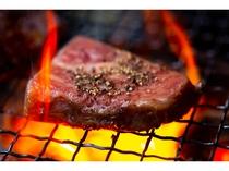 地産牛のロースステーキと季節の野菜を炭火焼で…