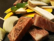 地産牛のロースステーキと季節の焼野菜(炭火焼)