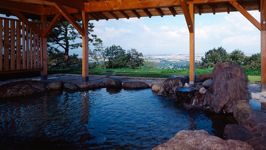 富山平野・富山湾を一望できるとても開放的な露天風呂