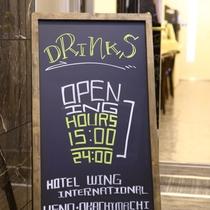 朝食会場<無料軽朝食とフリードリンクコーナー>