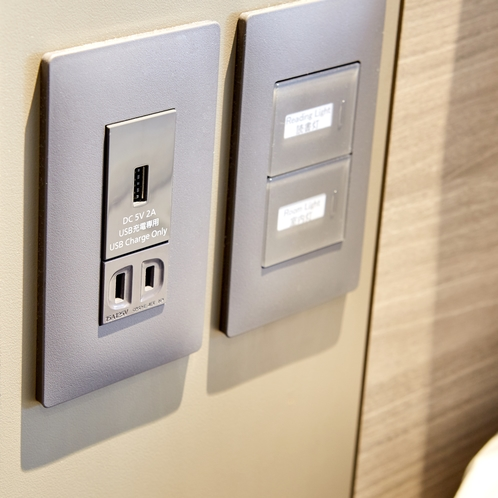 枕元には、読書灯・コンセント・USBポートを完備