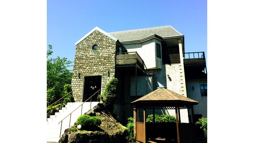 洋風な外観 伊豆の空の下佇む宿 全室露天風呂客室 駐車場は6台分のスペース