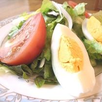 *[夕食一例]近隣の農家さんから季節ごとの新鮮な野菜を仕入れています。