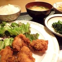 *[夕食一例]お肉・お魚・野菜とバランス良く。日替わりのおかず4品付きでボリューム満点!