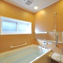 *[お風呂]家庭用のお風呂より少し大きいサイズ。貸切でご利用いただけます。