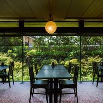 レストラン「あじさい」は緑豊かな日本庭園を望みながらゆったりとしたお食事を。