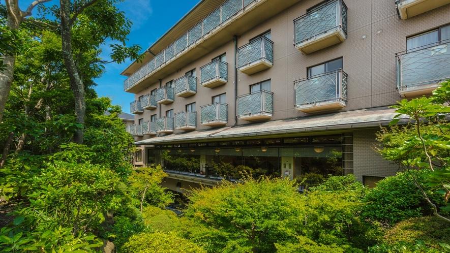 *【中庭】レストランや一部客室からの見える日本庭園