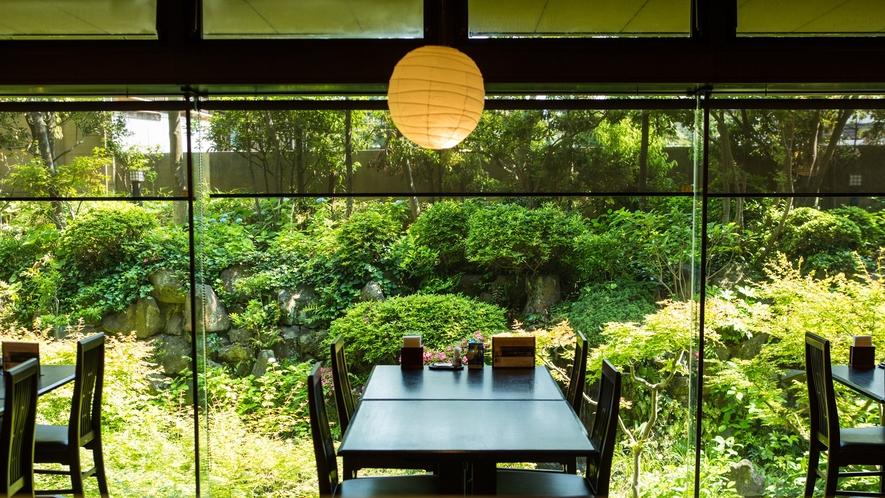 *【レストランあじさい】日本庭園を眺めながらのお食事です