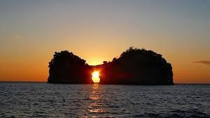 円月島「日本の夕陽100選」(和みより車約10分)円月島付近に白浜水族館や御船足湯あり