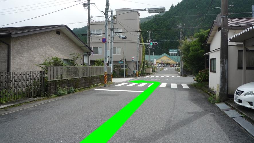 信号のある交差点を左折します。(正面にスーパーマーケットが見えます。)