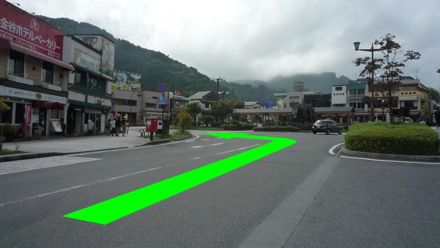 正面にバス停留所、右方向に東武日光駅が見えてきたら左折します。