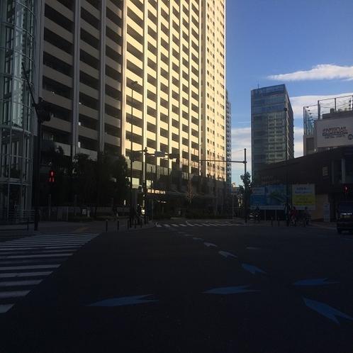 交差点の左を見て頂くと、当館がございます。