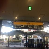 タリーズコーヒーとローソンの奥にバスターミナルがございます。