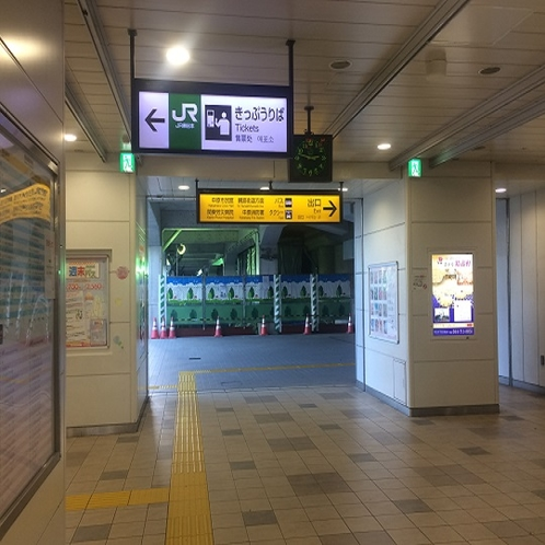 横須賀線の新南改札をおくぐり下さい。