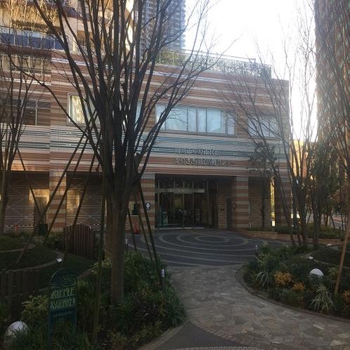 市民センターを右手に見ながら並木道を直進します。