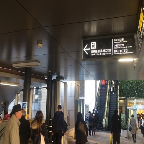 東急東横線改札方面に向かう為、左側のエスカレーターを下ります。