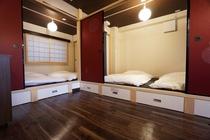 寝室は、広々とした小上がりの畳スペース