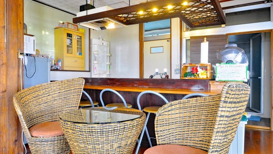 【お部屋】南国を感じるカウンター&テーブルセット