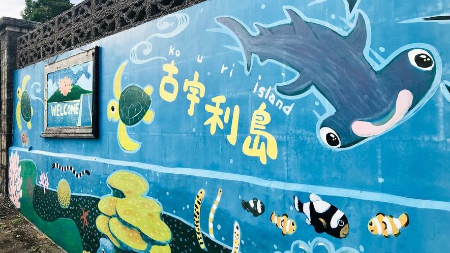 【外観】愛嬌のあるシュモクザメやウミガメ、ジンベイザメがお出迎え!